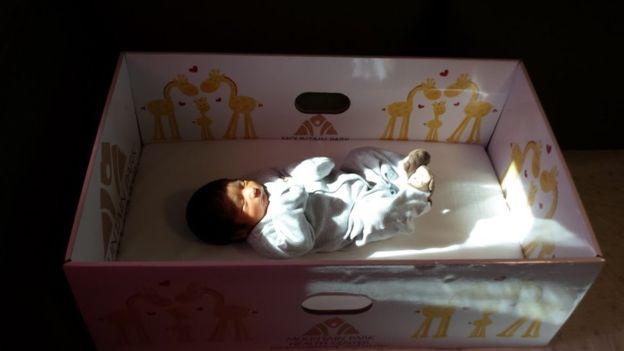 Bebelusii culcati in cutii, o noua moda adoptata in toata lumea