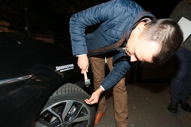 Cine-ar bate un cui in cauciuc inainte sa plece cu masina?!