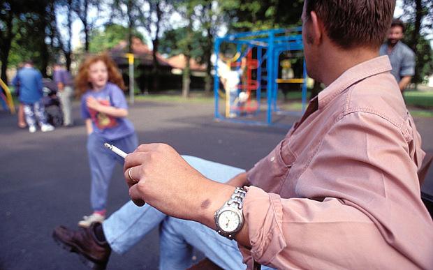Dragi parinti, nu mai fumati in locurile de joaca pentru copii. Daca nu va pasa de ei, sper sa va pese ca veti fi amendati.