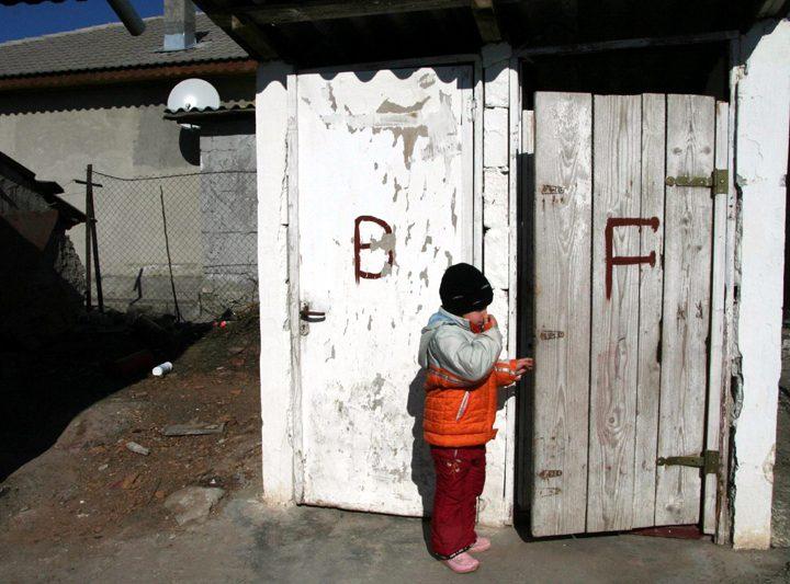 In plina epidemie de coronavirus, in Romania exista1100 de scoli cu toaleta in curte, fara canalizare si fara apa curenta. Ministrul nu vrea sa suspende cursurile scolare
