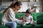 Proiect de lege adoptat de Camera Deputaţilor: Familiile pot primi un ajutor financiar pentru plata serviciului de bonă
