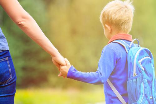 Dacă vezi o mamă și un copil îmbrăcat cu o bluză, tricou, geacă sau o eșarfă de culoare albastră legată de mână plimbându-se prin cartierul tău, nu-i judeca și nu-i insulta!
