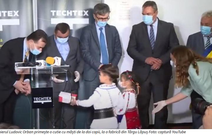 Romania 2020: Premierul Orban, întâmpinat cu copii la fabrica de măști