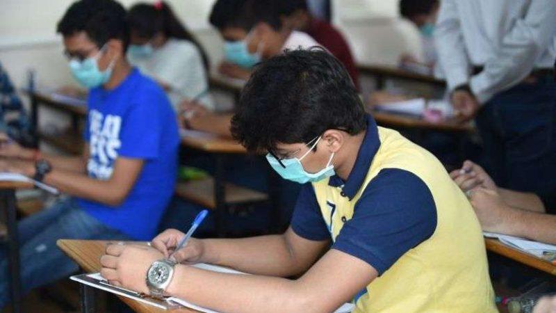 Suceava: Colegii elevilor confirmaţi cu COVID-19 pot susţine examenele, cu mască şi manuşi
