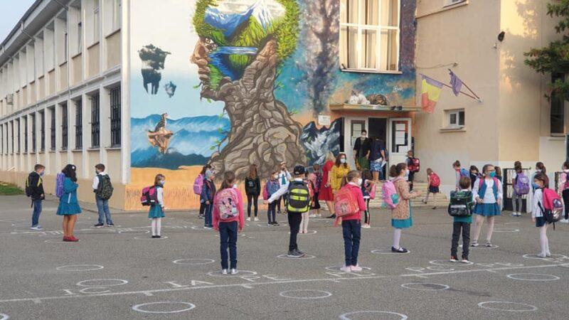 Cum a inceput scoala in Municipiul Bacau. Masti, cercuri si sageti pentru copii