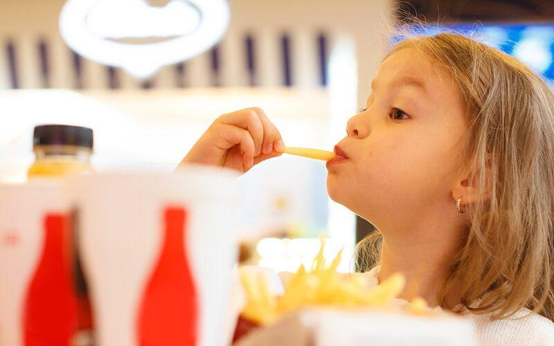 Cel mai mare abuz care se comite asupra copiilor se face prin mâncarea cu care aceștia sunt hrăniți