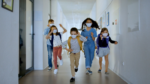 Ghidul pentru inceperea scolii: pauze comune de 5 minute. Profesorii supravegheaza elevii sa nu interactioneze cu alte clase