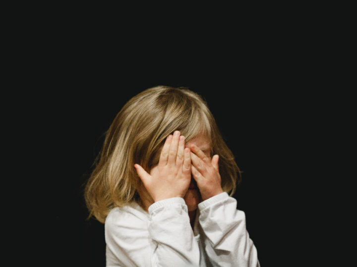 Patru copii au ajuns urgențe cu  probleme la ochi din cauza unei lămpi cu ultraviolete folosite în sala de cursuri
