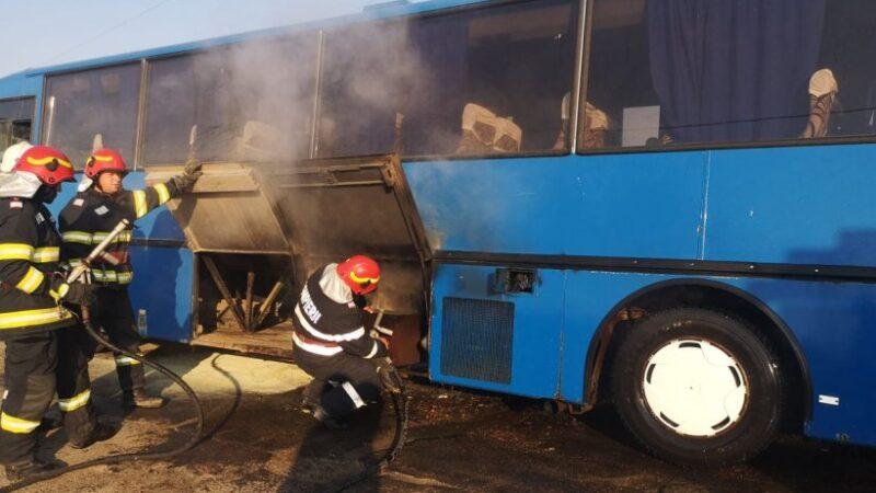 Un autocar în care se aflau 21 de copii a luat foc în Botoşani